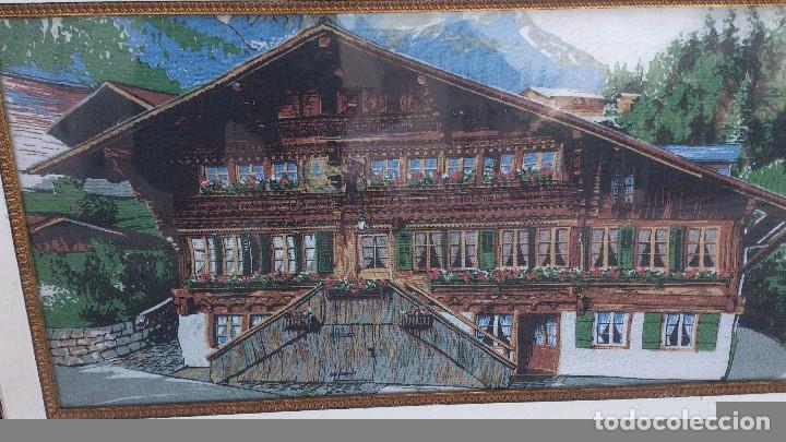 Segunda Mano: Precioso cuadro con imagen de casa típica de los alpes,suiza,es un tapiz enmarcado. - Foto 4 - 68319617