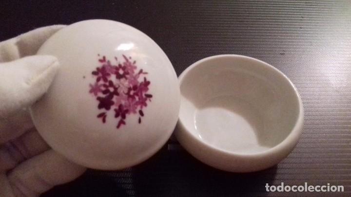 Segunda Mano: Cajita porcelana con decoración floral en la tapa. Mide 6 cm diámetro x 3 cm altura. - Foto 3 - 79811693