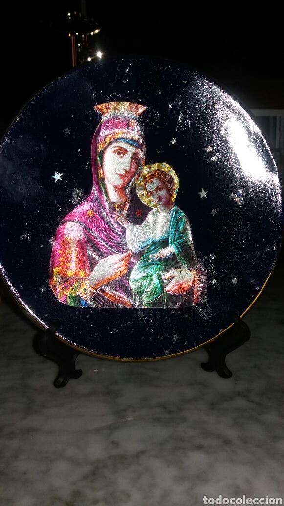 PLATO DECORATIVO DE LA VIRGEN CON EL NIÑO JESÚS (Segunda Mano - Hogar y decoración)