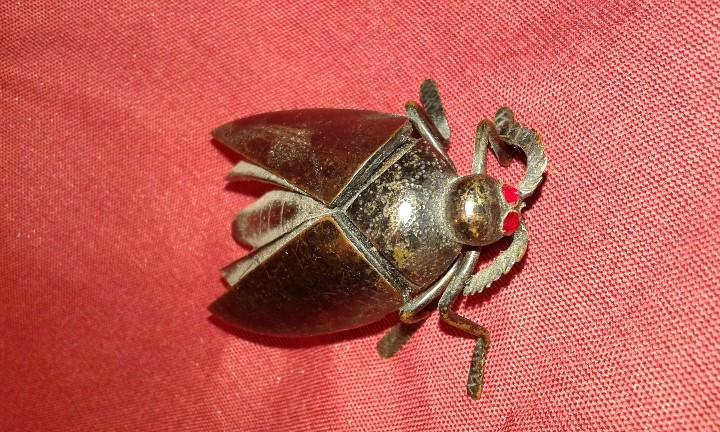 Segunda Mano: Cucaracha de bronce pavonado. Ojos piedras rojas. Siglo XX. - Foto 2 - 108006287