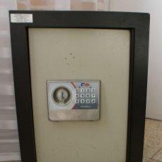 Segunda Mano: CAJA FUERTE BTV CON LLAVE Y COMBINACION ELECTRONIC. Lote 111042803