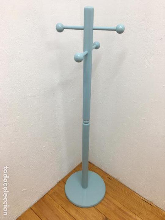 PERCHERO DE PIE INFANTIL - 117, 50 CM DE ALTURA - LACADO EN AZUL CELESTE (Segunda Mano - Hogar y decoración)