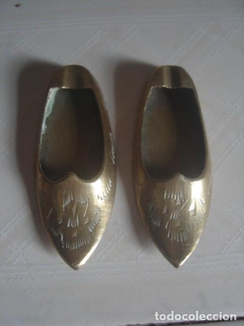 Segunda Mano: Miniaturas marroquíes de latón. Par de babuchas y tayín (Cazuela de barro para hacer estofados) - Foto 2 - 114201475