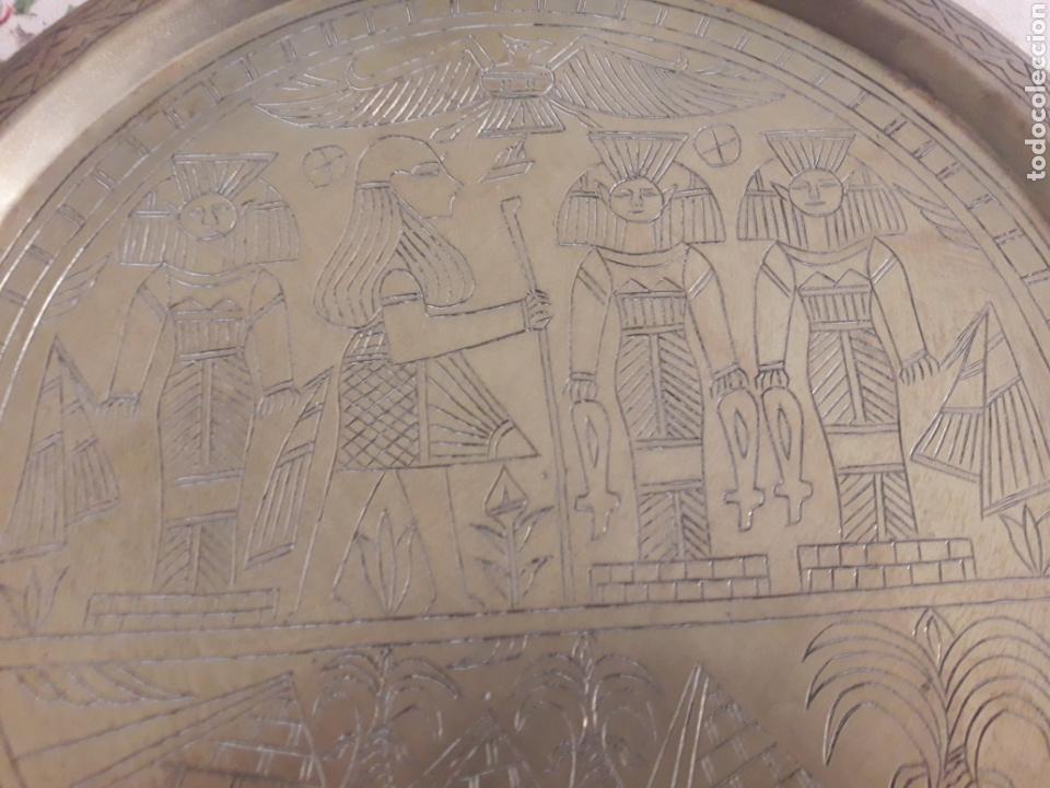 PLATO METÁLICO EGIPTO. (Segunda Mano - Hogar y decoración)