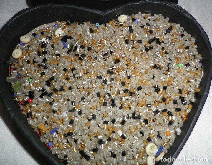 b45e0508359a caja con abalorios para hacer collares o bordados en tela o bolsos