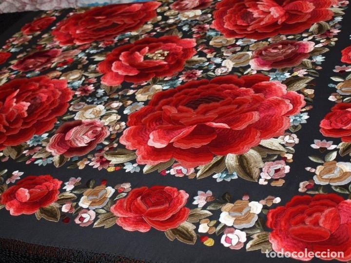 663c5c8790805 Manton de manila seda bordado a mano. Negro con rosas grandes en rojo  rosetones.