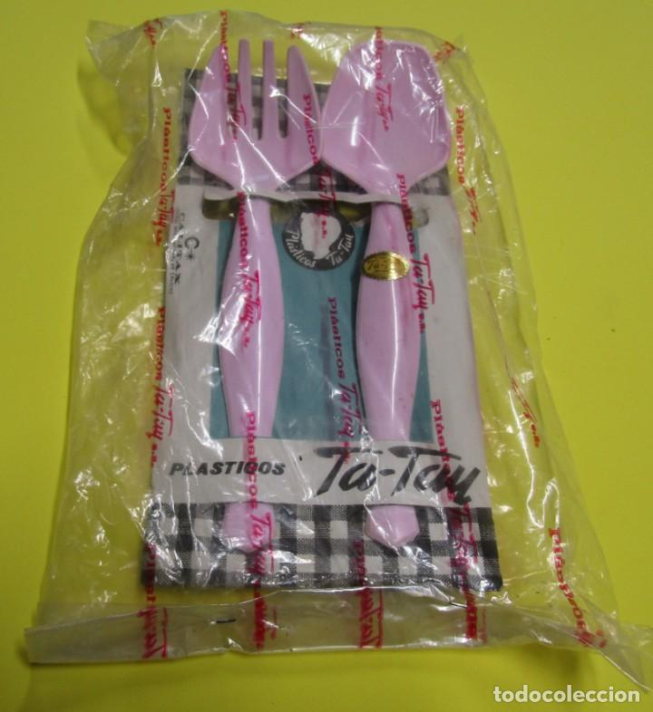 TA-TAY PAK DE CUBIERTOS PARA ENSALADERA PLASTICO DURO COLOR ROSA 22 CMS. ENVOLTORIO ORIGINAL SIN USO (Segunda Mano - Hogar y decoración)