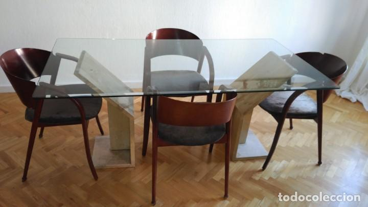 Mesa de comedor de vidrio y bases de mármol