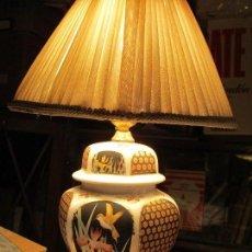 Segunda Mano: ANTIGUA LAMPARA DE MESA ORIENTAL FUNCIONA PORCELANA CHINA Y BASE MADERA. Lote 159743062