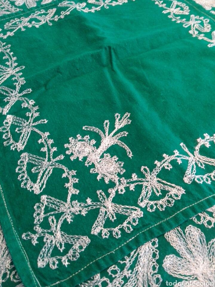 Segunda Mano: Mantel vintage india en verde bordado en hilo de cadeneta blanco ideal traje de Imagen Virgen o niño - Foto 6 - 163735462
