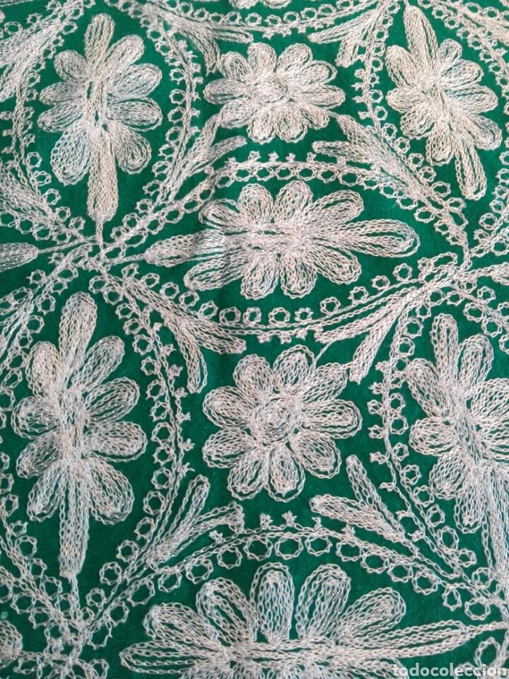Segunda Mano: Mantel vintage india en verde bordado en hilo de cadeneta blanco ideal traje de Imagen Virgen o niño - Foto 7 - 163735462
