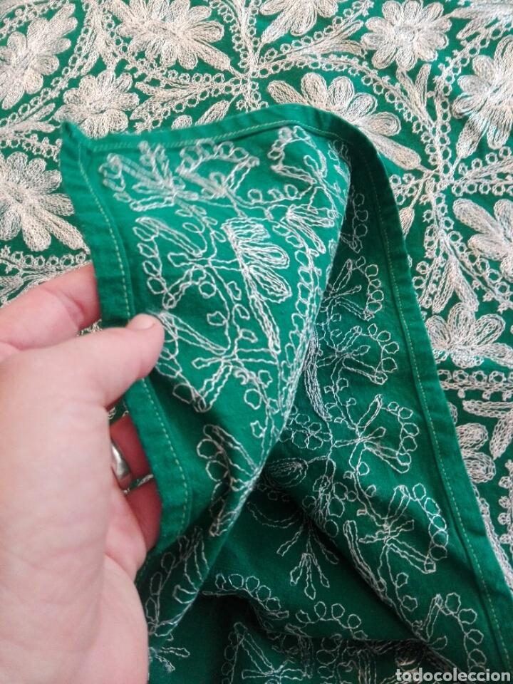 Segunda Mano: Mantel vintage india en verde bordado en hilo de cadeneta blanco ideal traje de Imagen Virgen o niño - Foto 9 - 163735462