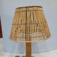Segunda Mano: LAMPARA SOBREMESA DE MADERA Y CAÑA. Lote 194761191