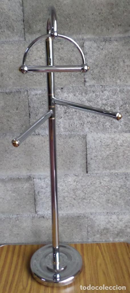 Segunda Mano: Toallero pie de acero inoxidable - Con detalles en latón - Buen estado - Foto 2 - 195331463
