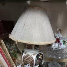 Segunda Mano: ANTIGUA LAMPARA ORIENTAL DE PORCELANA CON PINTURAS CHINAS BASE MADERA 35 CMS. Lote 234479340