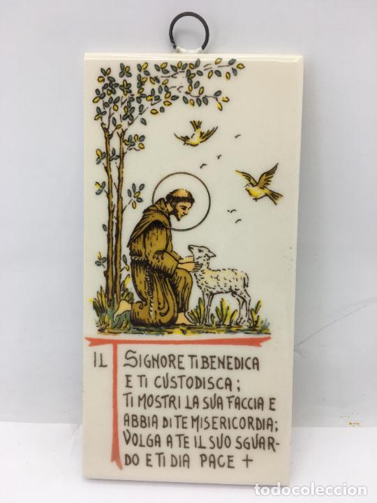 AZULEJO CON COLGANTE DE SANTO CON BENDICION - 15 X 7,50 CM. (Segunda Mano - Hogar y decoración)