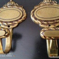 Segunda Mano: LOTE 2 PERCHAS BRONCE CLASICAS DECORATIVAS, BUENA CALIDAD. Lote 251680240