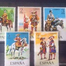 Sellos: ESPAÑA 1974 UNIFORMES MILITARES II EDIFIL 2167/71**. Lote 179263636