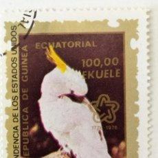 Sellos: SELLO DE GUINEA ECUATORIAL 25 E - BICENTENARIO EEUU CACATUA - USADO SIN SEÑAL DE FIJASELLOS. Lote 236123995