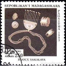 Sellos: 1993 - MADAGASCAR - ARTESANIA - JOYERIA SAKALAVA - YVERT 1329. Lote 138639122