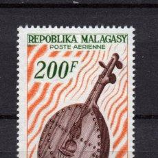 Sellos: MADAGASCAR AEREO 97** - AÑO 1965 - MUSICA - INSTRUMENTOS - VIOLON BARA. Lote 182873840