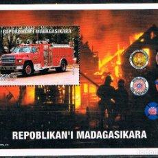 Sellos: MADAGASCAR, LUCHA CONTRA EL FUEGO, COCHE DE BOMBEROS Y EMBLEMAS, HOJA BLOQUE NUEVA ***. Lote 223961590