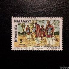 Francobolli: MADAGASCAR YVERT 423 SERIE COMPLETA USADA 1966. DANZAS Y BAILES. PEDIDO MÍNIMO 3 €. Lote 244399385