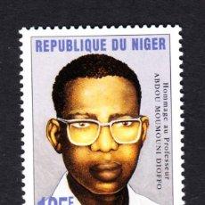 Selos: NÍGER 946** - AÑO 1997 - HOMENAJE AL PROFESOR ABDOU MOUMOUNI DIOFFO. Lote 48971138