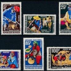 Sellos: NIGER 1963 IVERT 123/7 Y AÉREO 26 *** ARTESANÍA TRADICIONAL. Lote 294436348
