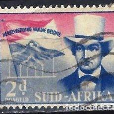Sellos: SUDÁFRICA 1955 - A. PRETORIUS, IGLESIA DEL VOTO Y BANDERA - SELLO USADO. Lote 210024706