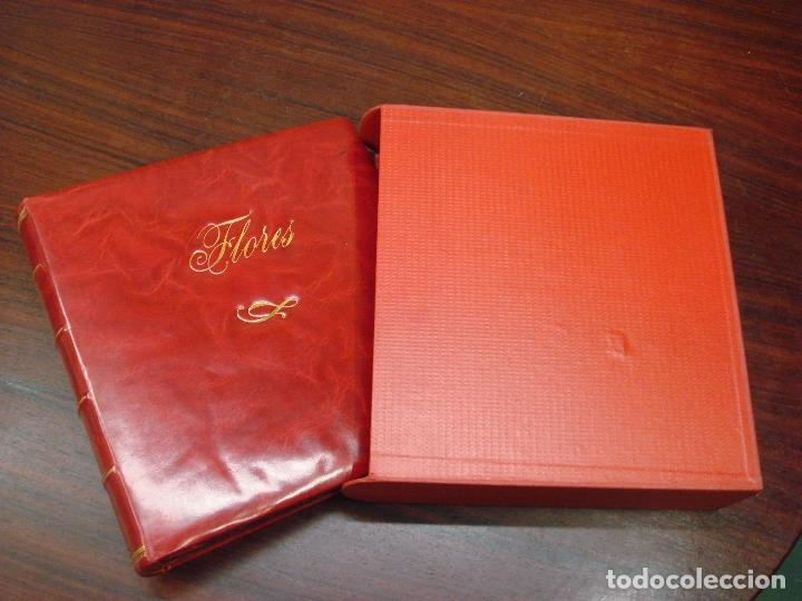 ANTIGUO ALBUM DE SELLOS EN PIEL ROJA MARMOL CON ESTUCHE. FLORES. SIN HOJAS. C1960. (Sellos - Material Filatélico - Álbumes de Sellos)