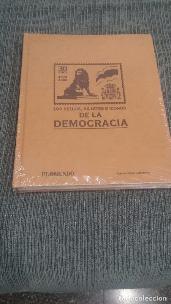 LOS SELLOS, BILLETES E ICONOS DE LA DEMOCRACIA. NUEVO. SIN DESPRECINTAR. EL MUNDO (Sellos - Material Filatélico - Álbumes de Sellos)