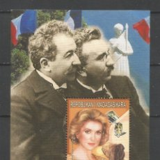 Sellos: SELLOS MADAGASCAR AÑO 1999. HISTORIA DEL CINE FRANCÉS. -CATHERINE DENEUVE- HOJA BLOQUE NUEVA. Lote 172585949