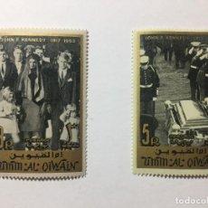 Sellos: LOTE 3 DE SELLOS - JOHN F. KENNEDY 1965 - UMM AL QIWAIN - EMIRATOS ARABES UNIDOS. Lote 136242474