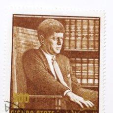 Sellos: SELLO DEL DESAPARECIDO SULTANATO DE MAHRA 500 FILS - 1967 - KENNEDY - USADO SIN SEÑAL DE FIJASELLOS. Lote 236552145