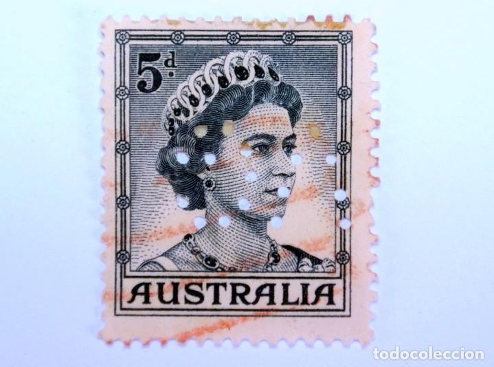 SELLO POSTAL AUSTRALIA 1959, 5 D. REINA ELIZABETH II , USADO , PERFORADO OFICIAL (Sellos - Extranjero - Oceanía - Australia)
