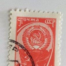 Sellos: SELLO DE LA URSS 4 K- 1961 - BANDERA Y ESCUDO - USADO SIN SEÑAL DE FIJASELLOS. Lote 260474910