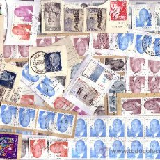Sellos: ESPAÑA. LOTE DE 435 SELLOS DE JUAN CARLOS I FACIALES EN €UROS SOBRE FRAGMENTOS DE CARTA. MAGNÍFICO.. Lote 140226889