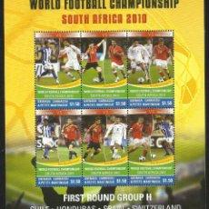 Sellos: GAMBIA HOJA BLOQUE MUNDIAL DE FUTBOL SUDAFRICA 2010- JUGADORES ESPAÑA SERGIO RAMOS - XABI ALONSO. Lote 53396463