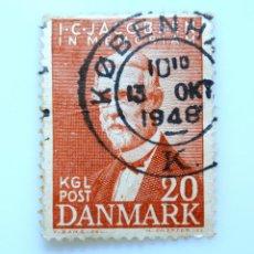 Sellos: SELLO POSTAL DINAMARCA 1947, 20 ØRE ,J. C. JACOBSEN FUNDADOR CERVECERA CARLSBERG, USADO. Lote 235314125