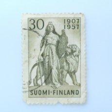 Sellos: SELLO POSTAL FINLANDIA 1957, 30 MK, 50 AÑOS DEL PARLAMENTO, ESCULTURA DE WALTER RUNEBERG, USADO. Lote 229930990