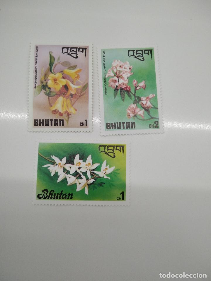3 SELLOS CON FLORES BHUTAN (Sellos - Temáticas - Flora)