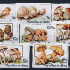 Sellos: GUINEA 1977 IVERT 576/80 Y AÉREO IVERT 110/2 *** FLORA - SETAS COMESTIBLES- CHAMPIÑONES. Lote 252958515