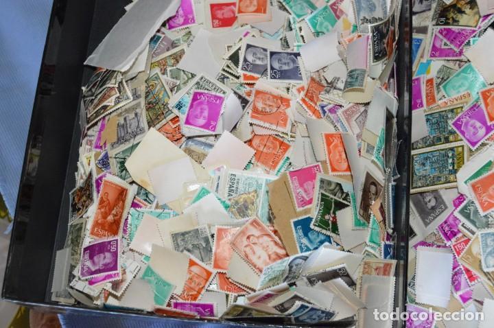 Sellos: Sobre 8.000 sellos usados y variados, pesan sobre 650 Gramos - Mirar las fotografías - Foto 8 - 157345498