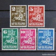 Sellos: HOLANDA 1950 ~ RECONSTRUCCIÓN DE IGLESIAS DAÑADOS EN LA II GUERRA MUNDIAL ~ SERIE CON FIJASELLO. Lote 157438058