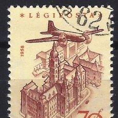 Francobolli: HUNGRÍA 1958 - AVIÓN SOBREVOLANDO DIVERSOS LUGARES, AÉREO, PAPEL AMARILLO - USADO. Lote 229984990