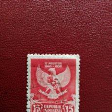 Sellos: INDONESIA - VALOR FACIAL 15 SEN - 5º ANIVERSARIO DE LA DERROTA DEL JAPÓN- ESCUDO - YV 21. Lote 221155113