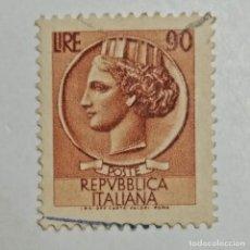 Sellos: ITALIA. SELLO USADO DE 90C, DE 1957. SYRACUSEAN COIN. ENVÍO GRATIS POR PEDIDOS DE 3€ O MÁS.. Lote 231282850