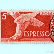 Sellos: SELLO POSTAL ITALIA 1945, 5 LIRA, PIE CON ALAS, DEMOCRACIA, ENTREGA ESPECIAL, USADO. Lote 249306300