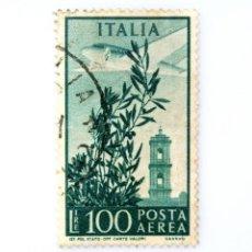 Sellos: SELLO POSTAL ITALIA 1955, 100 LIRA, OLIVO, AVIÓN Y TORRE DEL CAMPIDOGLIO, AVIÓN SOBRE ROMA, USADO. Lote 250223500